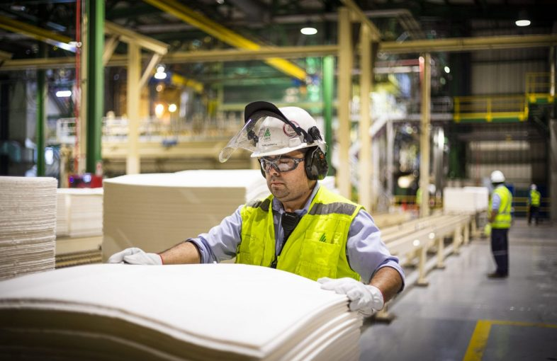 Trabajador en proceso productivo en planta de Celulosa en Nacimiento - CMPC 23 de enero de 2020.  Foto - Roberto Candia